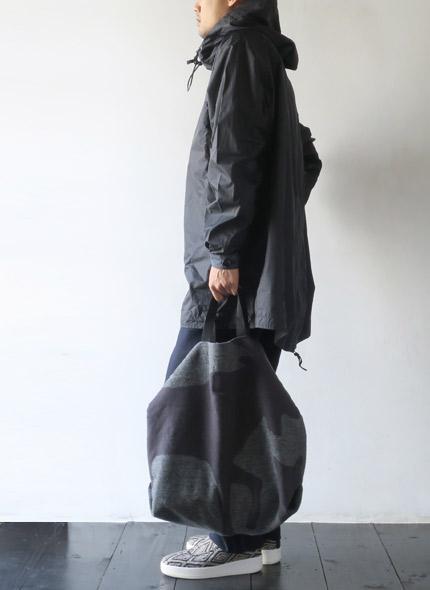 Engineered Garmentsのトートのモデル着用画像